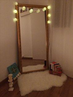 Rincones con luz : espejo grande velas cuadro libros luces y alfombra de pelos