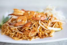 A tasty and traditional pad thai recipe, one of my favorites Asian recipes which I ever tried. Also this recipe is super easy to make at home. Menu Thai, Bang Bang Shrimp Pasta Recipe, Thai Recipes, Asian Recipes, Pad Thai Receta, Shrimp Chow Mein, Vegetable Pasta Recipes, Chinese Stir Fry, Chinese Cooking Wine