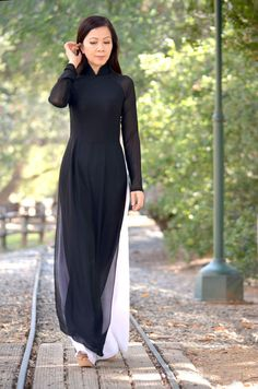 Indian Fashion Dresses, Ethnic Fashion, Asian Fashion, Indian Outfits, Look Fashion, Runway Fashion, Fashion Trends, Vietnamese Traditional Dress, Vietnamese Dress