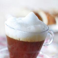 Irish coffee on irlantilainen viskillä maustettu lämmin kahvijuoma. Irish Coffee, Christmas Drinks, Pudding, Baking, Tableware, Desserts, Cheers, Food, Flan