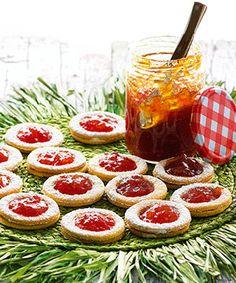 Bolachas com doce de tomate - uma ideia cheia de cor para animar uma mesa de lanche.