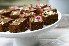Disse brownies, som er både sukker- og glutenfri, smager virkelig godt – ikke mindst pga glasuren, som laves af chokolade og fløde. Normalt kommer vi ikke glasur på brownies, men du skal ikke…