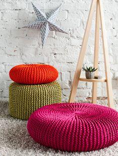 On ihanaa nostaa jalat rahille! Välkky-irtopäälliset tyynyyn, rahiin tai jakkaraan syntyvät nopeasti puikoilla nro 12, ja värivalikoimassa on yli 30 Crochet Pouf, Crochet Mandala, Crochet Pillow, How To Make Pillows, Diy Pillows, Knitting Patterns Free, Crochet Patterns, Meditation Pillow, Cottage Design