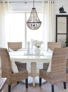 Get inspired by these dining room decor ideas! From dining room furniture ideas, dining room lighting inspirations and the best dining room decor inspirations, you'll find everything here! Farmhouse Dining Room Table, Dining Room Table Decor, Dining Room Lighting, Decoration Table, Dining Room Design, Dining Room Furniture, Dining Tables, Dining Rooms, Dining Area