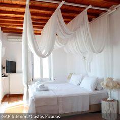 Die an der Decke befestigte Himmelbettkonstruktion eignet sich ideal, um einen wallenden Stoff als Baldachin darüber zu hängen. Wenn der Stoff asymmetrisch…