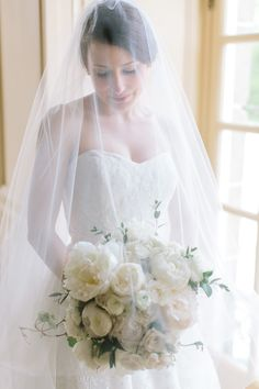 Photography : Erin McGinn Photography Read More on SMP: http://www.stylemepretty.com/rhode-island-weddings/portsmouth-rhode-island/2016/01/27/classically-elegant-rhode-island-spring-wedding/