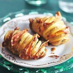 Leg een aardappel op een lepel en maak inkepingen om de ½ cm, door de lepel stopt het mes. Snijd de plakken ontbijtspek in repen en steek deze in de openingen. Plaats de aardappelen in een ovenschaal. Meng olijfolie met de knoflook door elkaar en besprenkel de aardappelen in de ovenschaal. Verwarm de oven op 200ºC en bak ze in circa 45 minuten bruin en knapperig.
