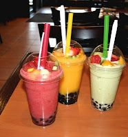 Typical Bubble tea (minus tapioca pearls) : 1 cup crushed cup very strong chilled black tea (or orange pekoe tea or Lichee cup almond milk, or to taste, frozen for about 1 hourHoney or sugar to taste Blend baby blend! Fruit Smoothies, Fruit Drinks, Beverages, Boba Smoothie, Smoothie Drinks, Thai Dessert, Bebida Boba, Boba Drink, Food Porn