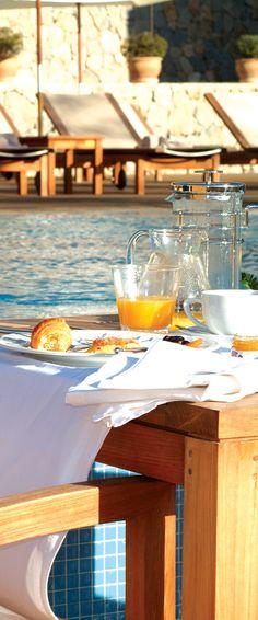 Breakfast by the pool - fresh orange juice in Mallorca - Hotel Son Brull, Pollensa