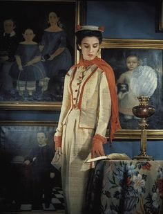 """John Rawlings -- Socialite Barbara ( Babe) Paley """" The Swan"""", wearing a shantung suit for Vogue ca 1940 Retro Outfits, Vintage Outfits, 1950s Fashion, Vintage Fashion, Slim Keith, Vogue Photo, The Osmonds, Babe, International Style"""