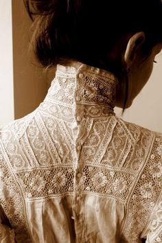 button up high collar ♥ I have wanted a Victorian blouse for years… - Edwardian Fashion Edwardian Fashion, Vintage Fashion, Edwardian Style, Edwardian Dress, Victorian Dresses, Style Édouardien, Vintage Outfits, Dress Vintage, Vintage Blouse