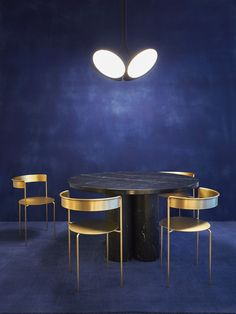 Round dining table designs are an amazing solution for a small dining room. It also may very well be the best shape for small gatherings: everyone can see everyone else, conversations are easier to ca Dining Table Design, Round Dining Table, Esstisch Design, Interior Decorating, Interior Design, Decorating Ideas, Contemporary Home Decor, Small Dining, Cafe Interior