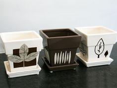 DIY - 3 idées pour relooker vos pots de fleurs.  http://www.ateliers-de-mireia.com/index.php?2011/05/26/155-trois-idees-pour-embellir-vos-pots-de-fleurs