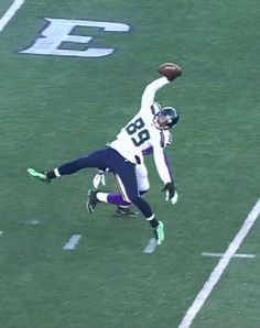 Seattle Seahawks Doug Baldwin's incredible catch against the Minnesota Vikings in the Wildcard playoff game. Best catch ever Seahawks Memes, Seahawks Football, Nfl Football Teams, Football Art, Football Memes, Nfl Sports, Fantasy Football, Nfl Fantasy, Saints Football