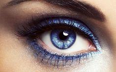 Conheça os melhores truques de maquiagem para olhos pequenos e arrase na make. Saiba como usar cada item de maquiagem para aumentar seus olhos.