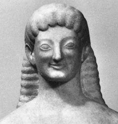 Een van de kenmerken van de Griekse kunst uit de periode van ongeveer 650 tot 500 v.Chr. waaruit vooral beelden zijn overgeleverd van jongens en meisjes met een starre houding en een vage, vrij starre glimlach