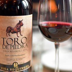 No  @castilloforestal pedimos uma taça deToro de Piedra Gran Reservapara acompanhar o almoço.Um corte de Syrah e Cabernet Sauvignon decor vermelha profunda com traços de morango framboesa e baunilha. O melhor é poder optar por apenas uma taça deste vinho que fica conservado em uma wine dispenser mantendo o frescor da garrafa recém aberta.  Contamos tudo aqui:http://bit.ly/CastilloF  #castilloforestal @castilloforesta #confortfood #mnba #bellavista #castillolalleva #restaurantefrances #tasty…