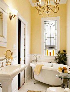 Baño blanco y amarillo