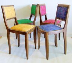 Chaises en bois et tissus colorés