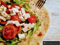 Pronti per un'idea gustosa per farcire la piadina? L'altro giorno ho provato la piadina alla greca con feta, pomodori e insalata e devo dire che a casa ha avuto successo!