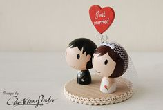Customise Wedding Cake Topper with Heart Message par Oneviewfinder, $65,00