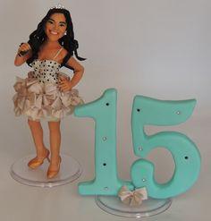 Topo de bolo debutante , confeccionado em biscuit , vestido em tecido .  todos os detalhes produzidos através de fotos da aniversariante