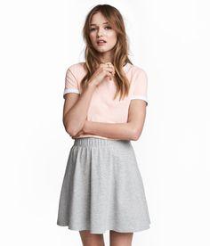 ¡Echa un vistazo! Camiseta corta en punto de algodón suave con ribete en color de contraste en el cuello y en las mangas. – Visita hm.com para ver más.