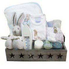 """Que mejor regalo que esta bonita canastillas, """"El Recien Nacido Baño"""", presentada en una bandeja de madera con estrellas, contiene un capa de baño con capucha, un set de 3 velas, un neceser en el que puedes grabar el nombre del bebé… y todo por 79,90 euros!"""