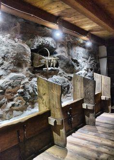 la mangiatoia interamente restaurata conserva ancora le catene ed i ganci dove venivano legate le mucche