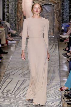 Guarda la sfilata di moda Valentino a Parigi e scopri la collezione di abiti e accessori per la stagione Alta Moda Autunno Inverno 2011/2012.