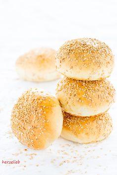 Leckere Burger mit selbstgemachten Burger Bunds - Rezept von herzelieb