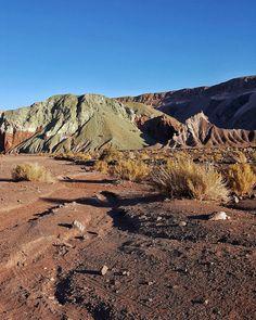 Chegamos hoje no Atacama ansiosos pra conhecer esse lugar único. Fizemos nosso primeiro passeio para o Valle del Arco Iris com o apoio da @aylluatacama. Ficamos encantados com o cenário e com o cuidado da agência. Super recomendamos!