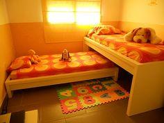Piratas de Ikea: dos llits normals, i ajuntes les capçaleres i els dos peus, i així, tens dos nivells, bona solució d'espai