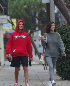 SELENA IS MORE HAPPY WITH JUSTIN THAN WITH ABEL .LOOK AT JUSTIN'S SMILE ...