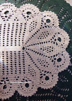 Lindo tapete em crochê cru que parece a asa de um pavão.