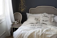 Miękkie tkaniny dodadzą przytulności każdej sypialni. Na zdjęciu: pościel z cienkiej bawełny z nadrukiem. Fot. H&M Home.