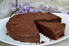 Un bon gâteau au chocolat ! Ingrédients pour 6 personnes : 250 g de chocolat noir 125 g de beurre doux 150 g de sucre semoule 3 oeufs 80 g de farine 1/2 cuill. à café de levure chimique 1 pincée de sel Préparation: Préchauffer le four à 180°C. Faire fondre...