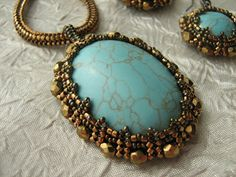 Cabochon setting using netting. Nice pictures with directions. Google translate