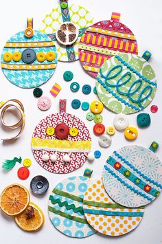 Christmas garland of coasters, fabric and accessories - DIY sewing - . - Christmas garland of coasters, fabric and accessories – DIY sewing – - Diy Christmas Baubles, Christmas Crafts For Kids, Kids Christmas, Holiday Crafts, Christmas Wreaths, Christmas Decorations, Christmas Coasters, Advent Wreaths, Christmas Tables