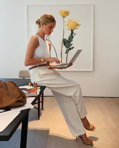 Rosie Huntington-Whiteley in all white with tan leather accessories- easy chic summer work style outfit Rosie Huntington Whiteley, Street Style Outfits, Mode Outfits, Fashion Outfits, Fashion Clothes, Casual Outfits, Girly Outfits, Fashion Styles, Dress Fashion