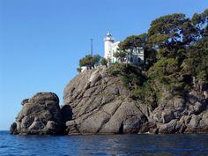 Foto panoramica del faro a Portofino - Movingitalia.it