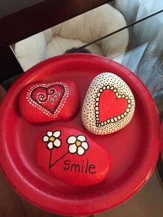 Fun and Easy DIY Valentine's Love Rocks Ideas 18 - Valentinstag Heart Painting, Pebble Painting, Pebble Art, Stone Painting, Rock Painting Ideas Easy, Rock Painting Designs, Stone Crafts, Rock Crafts, Diy Crafts