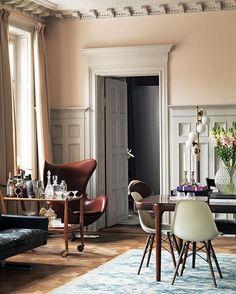 I denne skønne stue, har de forvandlet et italiensk rullebord fra @dustydeco, om til en dekorativ barvogn. Foto: Jonas Ingerstedt/House of pictures @lottazetterstrom #bobedre #barbord