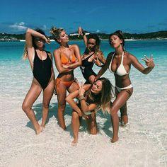 Chicas haciendo poses divertidas en medio de la playa