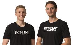 Knie Tapeanleitung   TRUETAPE.de Tennis Arm, Tennis Elbow, Diy Mode, Shin Splints, Videos, My Style, It Band, Sports, Mens Tops