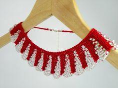 El Örgüsü Kolye, Yakalık Stili, Rengi: Kırmızı Örgü & Beyaz Cam Boncuklu, (%100 pamuklu iplikten üretilmiştir.)