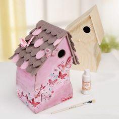 Hier findet Ihr eine kostenlose Schritt-für-Schritt-Anleitung, mit der Ihr dieses tolle Vogelhäuschen basteln könnt:  http://www.basteln-mit-buttinette.de/basteln/19152-anleitung-rosa-vogelhaus-mit-schmetterlingsmotiven-in-3d-technik