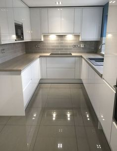 Looking for some White kitchen inspiration? has kindly shared his Bays… Looking for some White kitchen inspiration? has kindly shared his Bayswater Gloss White kitchen. Visit your local Howdens to see more. Kitchen Room Design, Modern Kitchen Design, Home Decor Kitchen, Interior Design Kitchen, Home Kitchens, Kitchen Ideas, Kitchen Designs, Diy Kitchen, Kitchen Contemporary