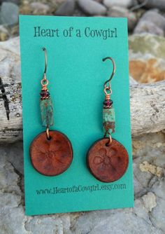 Turquesa y granate pendientes flor de la flor mano cuero - Anhänger - Diy Leather Earrings, Leather Jewelry, Leather Craft, Wire Jewelry, Beaded Earrings, Jewelry Crafts, Beaded Jewelry, Garnet Earrings, Flower Earrings