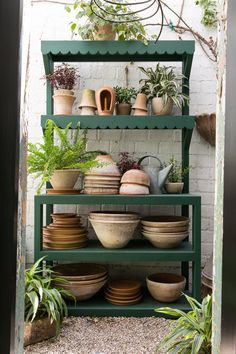 Nickey kehoe potting table Say hello to gardening season with this practical and sweet potting table Décoration Harry Potter, Potting Station, Table Diy, Garden Shelves, Plant Shelves Outdoor, Potting Tables, Decoration Christmas, Diy Shed, Diy Décoration